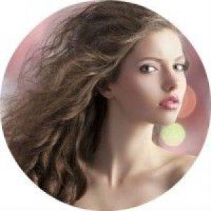 12 Стильних жіночих зачісок на кожен день для кучерявого волосся