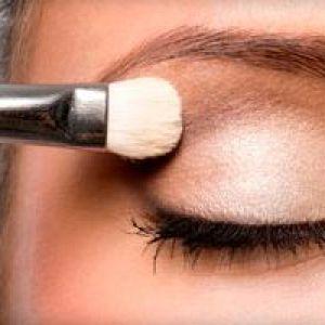 Як правильно фарбувати очі тінями?