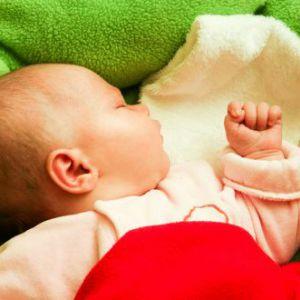 Дитина сильно потіє уві сні: коли бити тривогу?