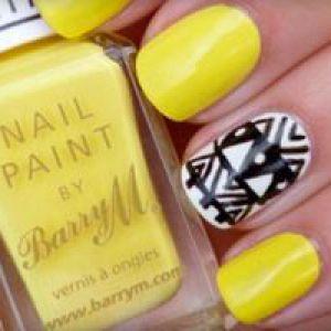 Самий модний манікюр з жовтим лаком - фото