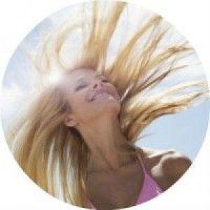 Поради, як правильно доглядати за волоссям влітку на море